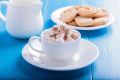 Cioccolato caldo con le caramelle gommosa e molle Fotografie Stock Libere da Diritti