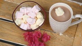 Cioccolato caldo con le caramelle gommosa e molle archivi video
