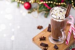 Cioccolato caldo con panna montata Tavola di Natale Fotografia Stock Libera da Diritti