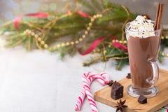 Cioccolato caldo con panna montata Tavola di Natale Immagine Stock