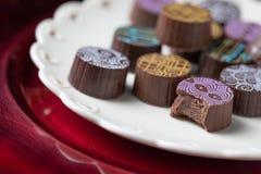 Cioccolato Candy fine dell'artigiano sul piatto di servizio con progettazione del cuore Immagini Stock