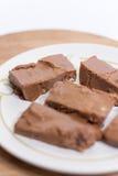 Cioccolato casalingo delle nonne sul piatto bianco Fotografie Stock Libere da Diritti