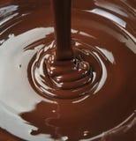 Cioccolato che cade da sopra Fotografia Stock Libera da Diritti