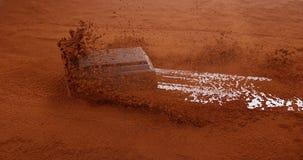 Cioccolato che fa scorrere sul cioccolato in polvere stock footage