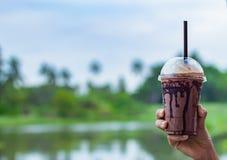 Cioccolato che raffredda a disposizione le donne e vista del fiume immagine stock libera da diritti