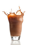 Cioccolato che spruzza nel vetro immagini stock
