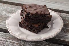 Cioccolato Chip Brownie sul piatto antico Fotografie Stock
