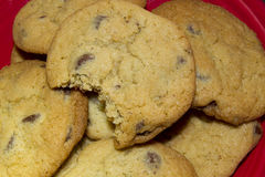 Cioccolato Chip Cookies con il morso immagine stock libera da diritti