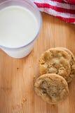 Cioccolato Chip Cookies e latte Immagine Stock Libera da Diritti