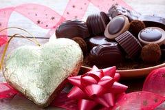 Cioccolato come un regalo e cuore di oro Immagini Stock