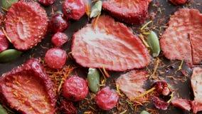 Cioccolato con le fragole ed i mirtilli rossi secchi Viaggio dettagliato sull'oggetto stock footage