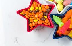 Cioccolato croccante e caramella gommosa del pesce su marmo fotografie stock libere da diritti