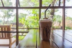 Cioccolato del ghiaccio sulla tavola nel giardino immagine stock libera da diritti