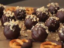 Cioccolato del vegano con le ciambelline salate fotografie stock libere da diritti