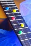 cioccolato di dolci variopinto di melodia di canzone del gioco dello strumento di musica della chitarra fotografie stock libere da diritti