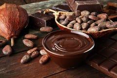 Cioccolato di fusione o cioccolato fuso e turbinio del cioccolato pila e polvere fotografie stock libere da diritti