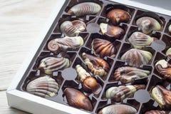 Cioccolato di lusso fatto a mano in una scatola - sparata in studio immagini stock