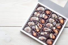 Cioccolato di lusso fatto a mano in una scatola - sparata in studio immagine stock
