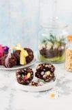 Cioccolato di Pasqua ed uovo soffiato del grano con la sorpresa Fotografie Stock