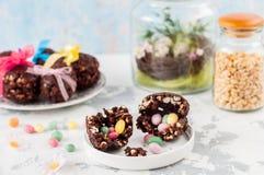 Cioccolato di Pasqua ed uovo soffiato del grano con la sorpresa Immagini Stock