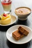 Cioccolato, dolce e dessert sulla tavola di legno fotografia stock