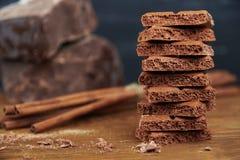 Cioccolato e cannella porosi su un fondo di legno fotografie stock libere da diritti