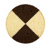 Cioccolato e fette bianche dei pan di Spagna su bianco Fotografia Stock