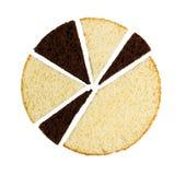 Cioccolato e fette bianche dei pan di Spagna su bianco Fotografie Stock Libere da Diritti