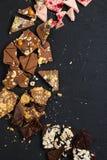 Cioccolato fatto a mano di lusso su fondo nero fotografie stock