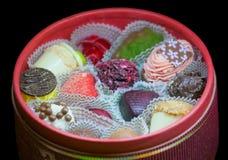 Cioccolato fatto a mano in scatola rotonda Immagini Stock