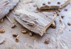 Cioccolato fondente con i chicchi di caffè Fuoco selettivo Primo piano immagine stock