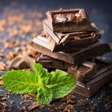 Cioccolato fondente con la foglia della menta Fotografia Stock Libera da Diritti