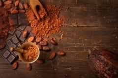 Cioccolato fondente sulla tavola di legno fotografia stock