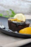 Cioccolato Lava Cake con la guarnizione della pesca e del limone Immagine Stock Libera da Diritti