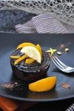 Cioccolato Lava Cake con la pesca sulla banda nera Fotografia Stock Libera da Diritti