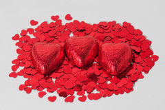 Cioccolato rosso avvolto con i cuori Immagine Stock