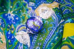 Cioccolato saporito di Lindt Lindor sopra fondo di seta Fotografia Stock Libera da Diritti