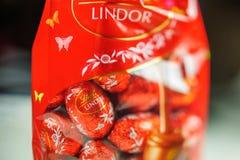 Cioccolato saporito di Lindt Lindor sopra fondo di seta Immagine Stock