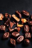 Cioccolato sopra fondo nero Cioccolato Candy, cacao Assortm Fotografia Stock Libera da Diritti