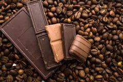 Cioccolato sui chicchi di caffè Fotografie Stock Libere da Diritti
