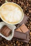 Cioccolato sui chicchi di caffè Fotografia Stock Libera da Diritti