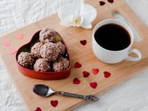 Cioccolato in un cuore rosso su un'orchidea di legno della tazza di caffè del vassoio Fotografie Stock