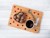 Cioccolato in un cuore rosso su un'orchidea di legno della tazza di caffè del vassoio Fotografia Stock