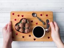 Cioccolato in un cuore rosso su un'orchidea di legno della tazza di caffè del vassoio Fotografia Stock Libera da Diritti