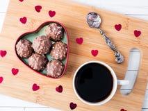 Cioccolato in un cuore rosso su un'orchidea di legno della tazza di caffè del vassoio Immagine Stock Libera da Diritti