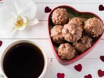 Cioccolato in un fondo di legno bianco del cuore di caffè dell'orchidea rossa della tazza Fotografia Stock Libera da Diritti