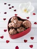 Cioccolato in un fondo di legno bianco del cuore di caffè dell'orchidea rossa della tazza Immagine Stock Libera da Diritti