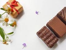 Cioccolato zuccherato con il contenitore di regalo Giorno felice degli amanti Concetto di giorno del ` s del biglietto di S fotografia stock