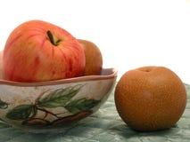 Ciotola asiatica di frutta & della pera su Placemat immagini stock libere da diritti