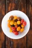 Ciotola bianca di di Cherry Tomatoes colorato Multi fotografia stock